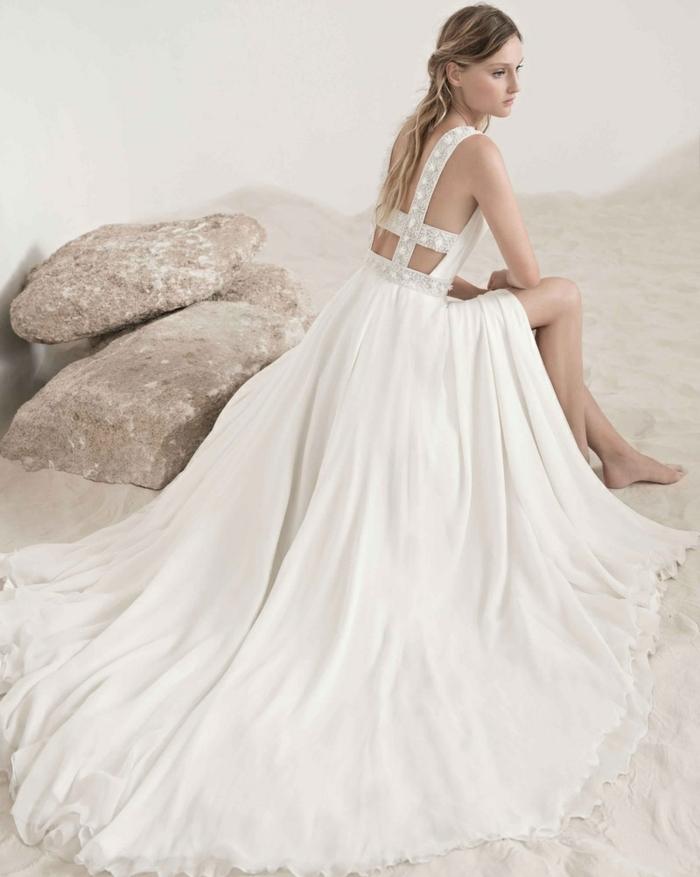 robe déesse grecque, cheveux blonds, modèle à jambes ouvertes, ceintures en dentelle