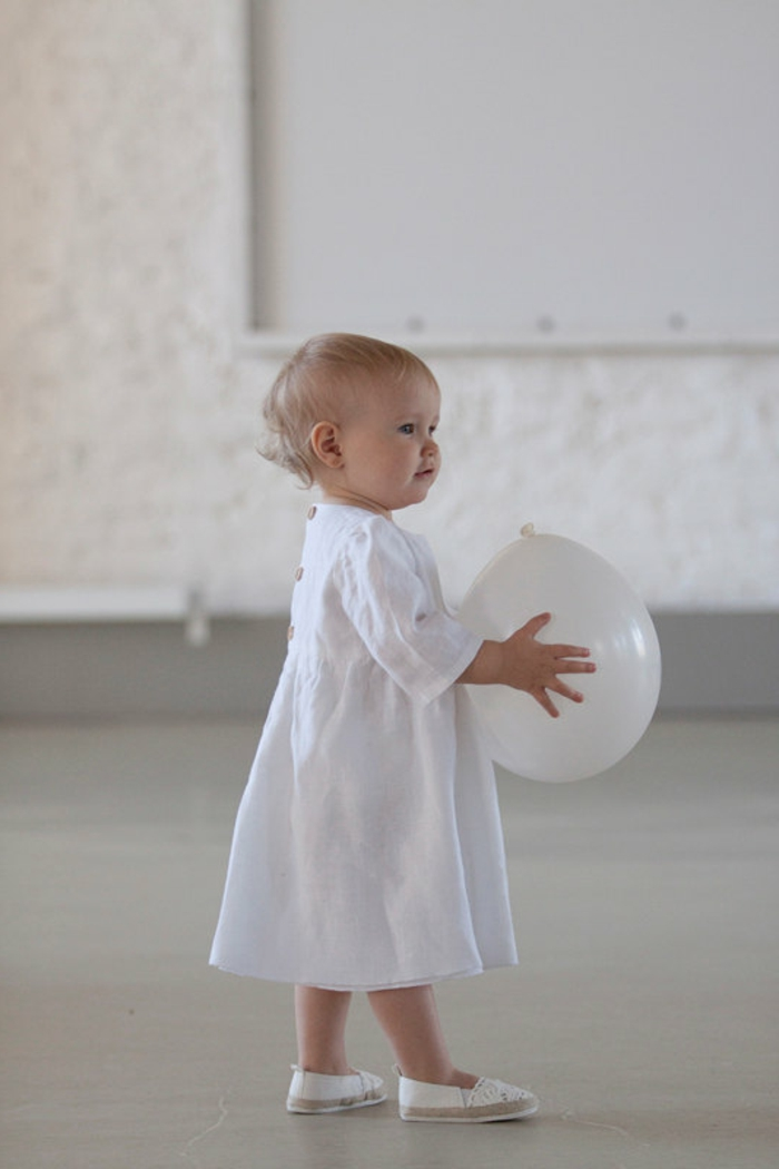 quelle tenue pour un baptême, robe blanche avec boutons, ballon blanc