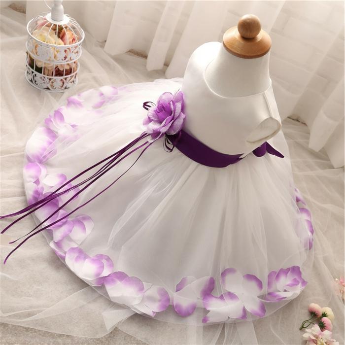 quelle tenue pour un baptême, robe blanche, ceinture violette, fleur décorative