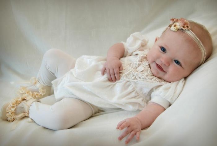 tenue de ceremonie, chaussons écru, costume bébé blanc en dentelle, ruban en fleurs