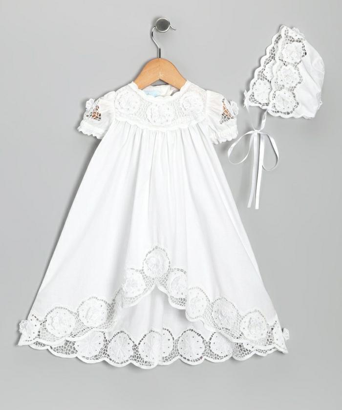 tenue de ceremonie, robe pour bapteme blanche en dentelle, chapeau bébé en dentelle