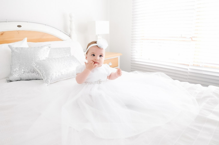tenue de ceremonie, robe blanche en tulle, bandeau pour la tête