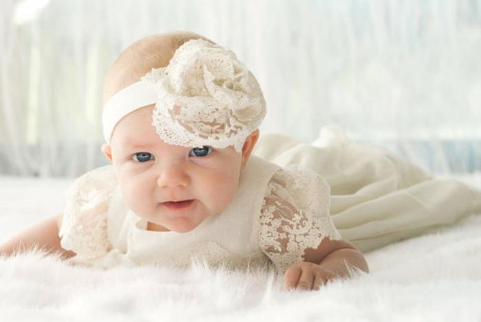 quelle tenue pour un baptême, ruban pour tête, robe écru en dentelle