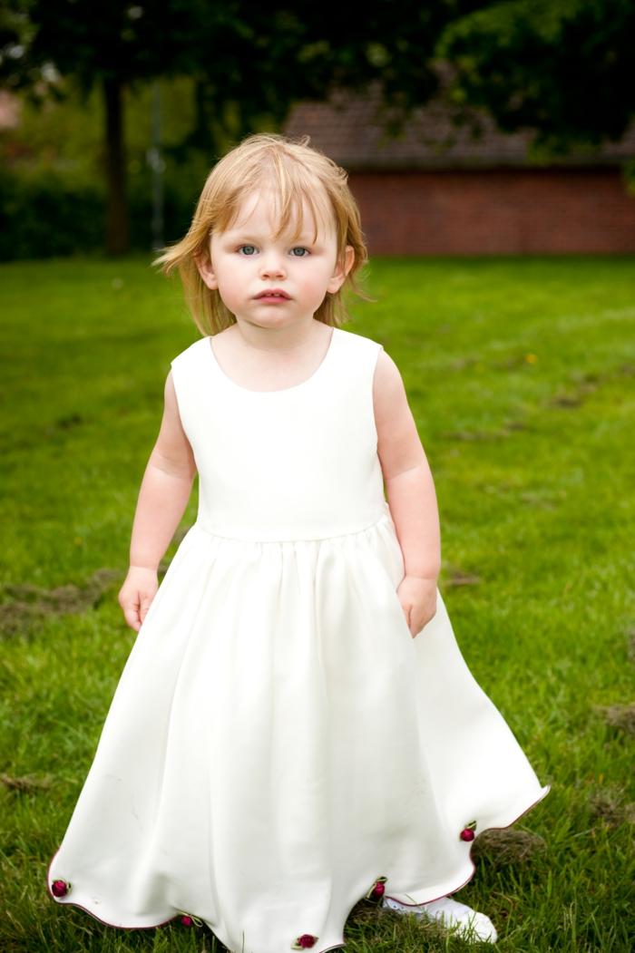 quelle tenue pour un baptême, robe blanche à décoration florale, cheveux blonds