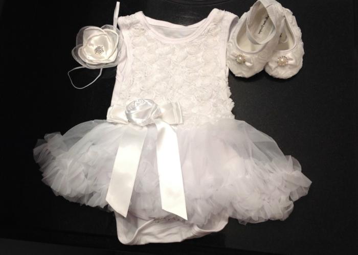 quelle tenue pour un baptême, costume bébé en blanc, ruban blanc, chaussons avec perles