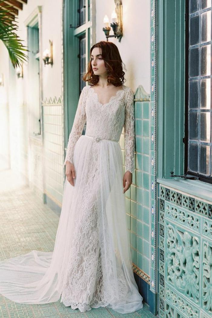 une élégante robe de mariée à manche dentelle avec jupe en tulle détachable
