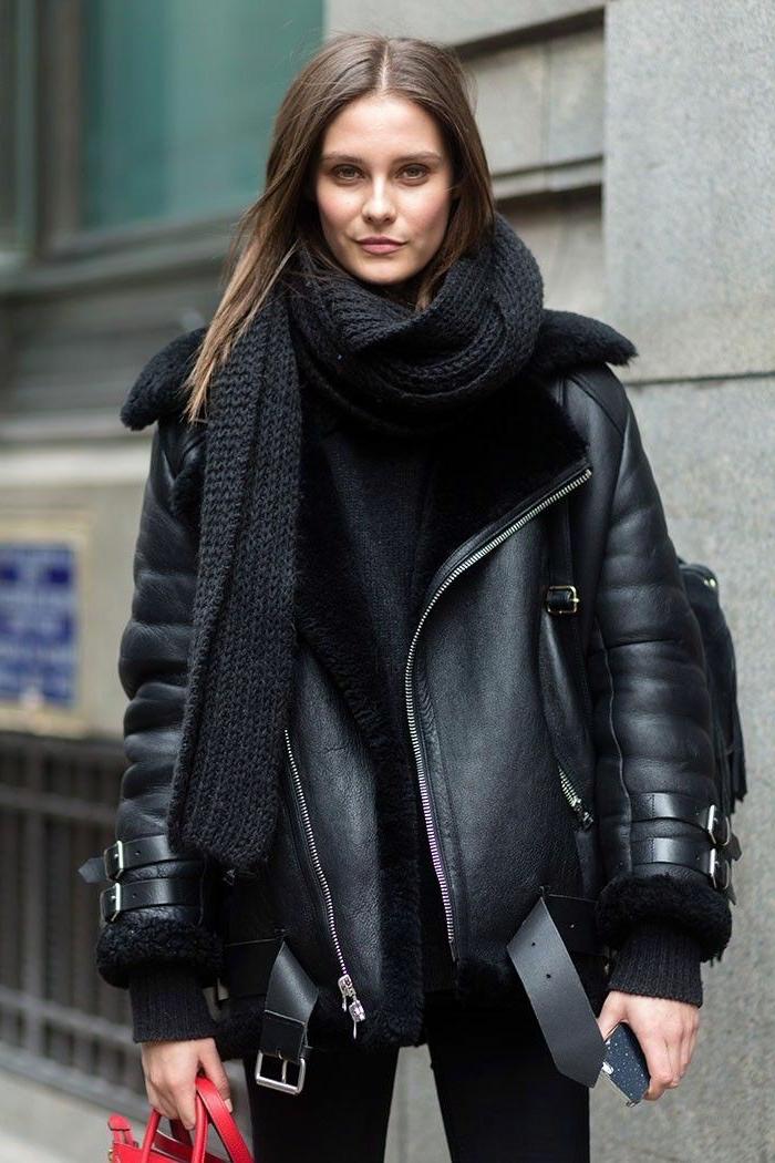 que mettre avec un pantalon noir, maquillage naturel, écharpe longue, veste noire