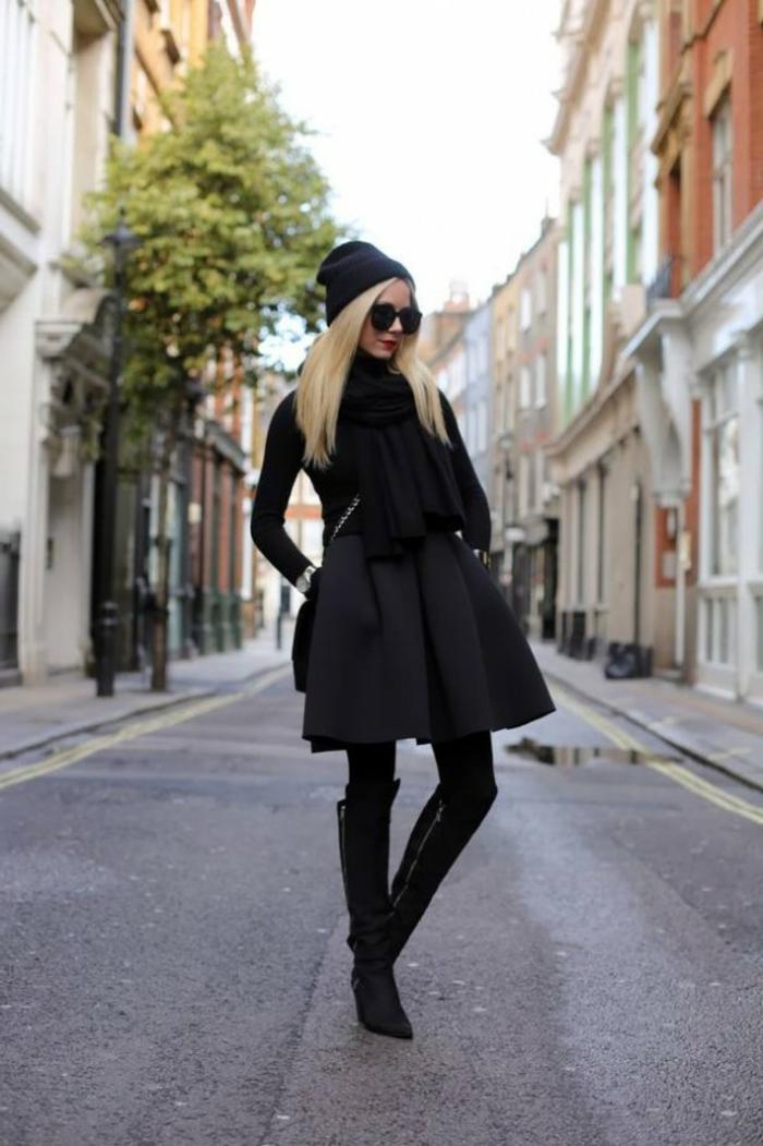 vetement noir, bonnet noir, lunettes de soleil noires, cheveux blonds