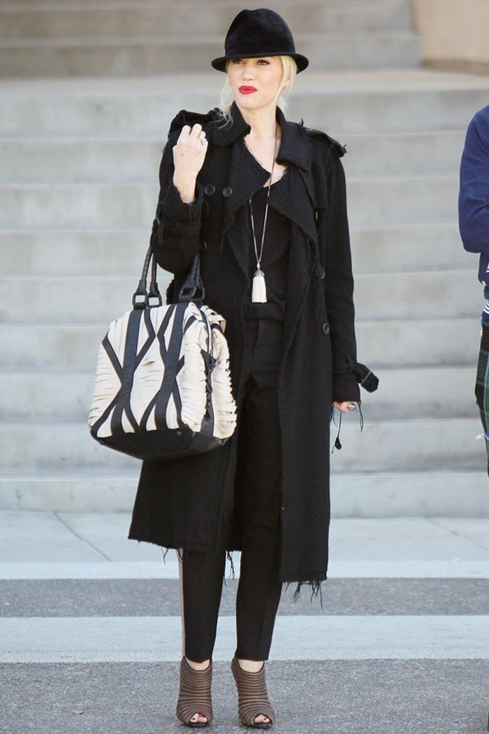chemise noire, manteau noir long, chapeau noir, lèvres rouges, cheveux blonds