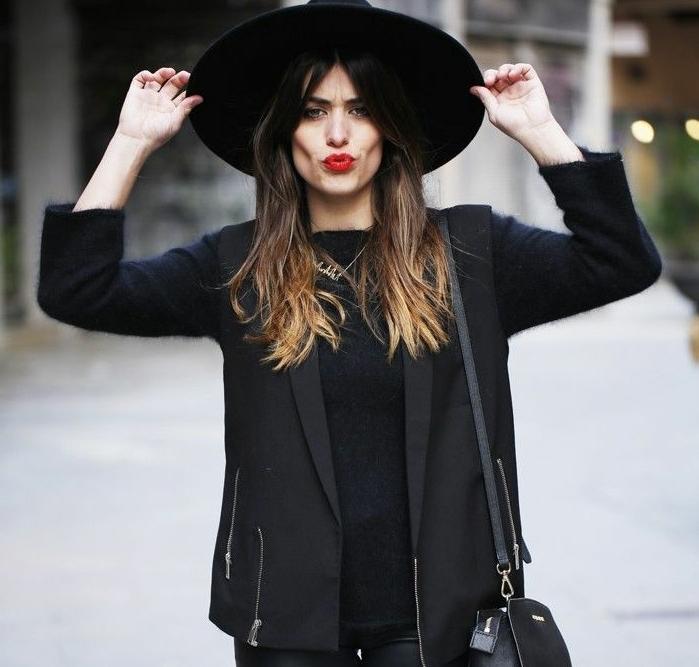 chemise noire, blazer femme, lèvres rouges, sac à main en cuir, chapeau noir