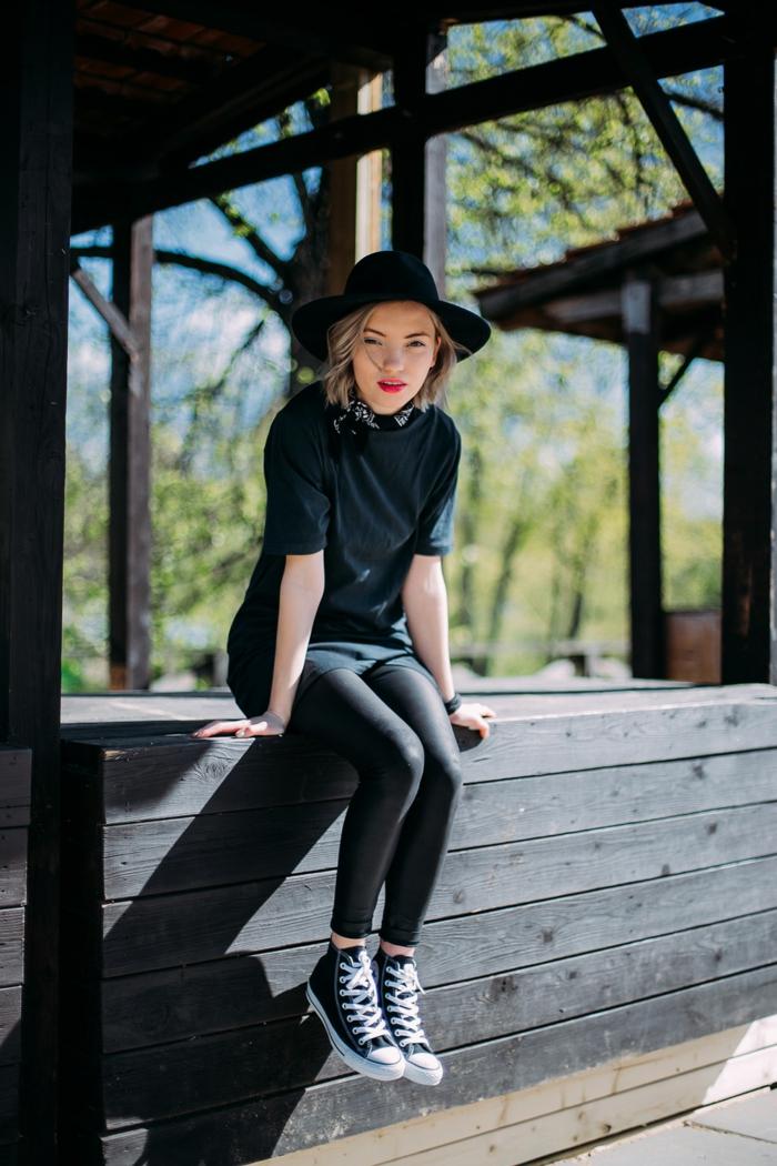 vetement noir, lèvres rouges, collants, t-shirt, écharpe, baskets en toile