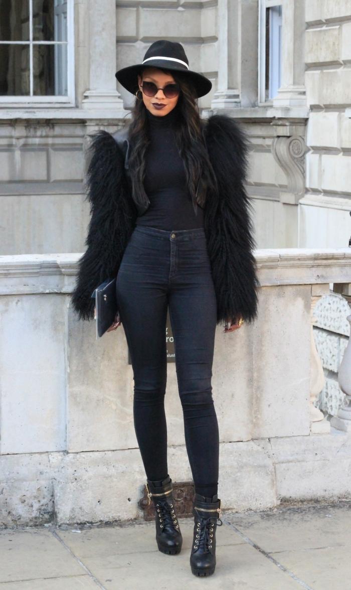 tenue avec bottines à lacets, chapeau noir, lèvres à rouge bordeaux, veste en fausse fourrure