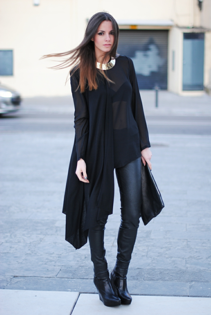 tenue avec bottines, collier en or, chemise longue noire, pantalon en cuir