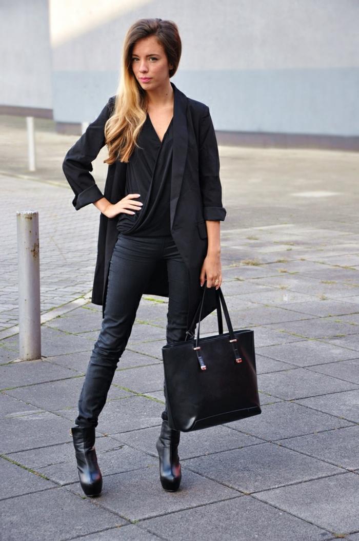 que mettre avec un pantalon noir, bottines à talons, sac à main en cuir, blazer long femme
