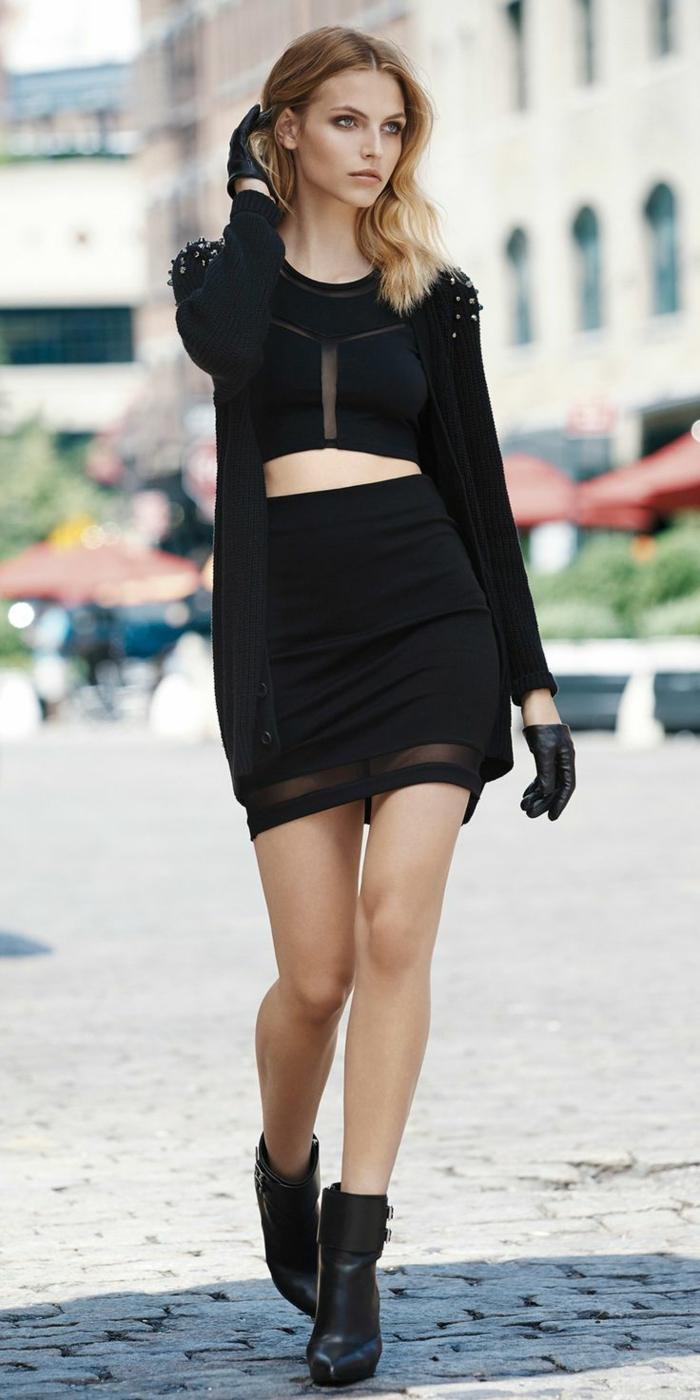 robe bottine, croptop noir, gilet noir à manches longues et à studs sur les épaules