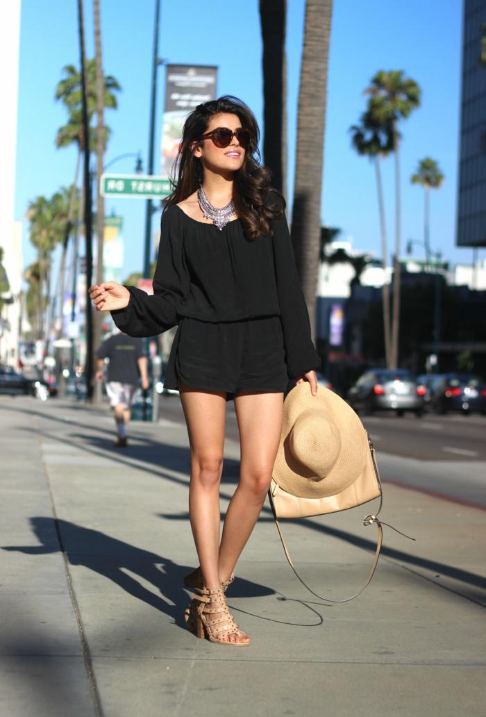 chemise noire, chapeau beige, sandales montantes, lunettes de soleil noires