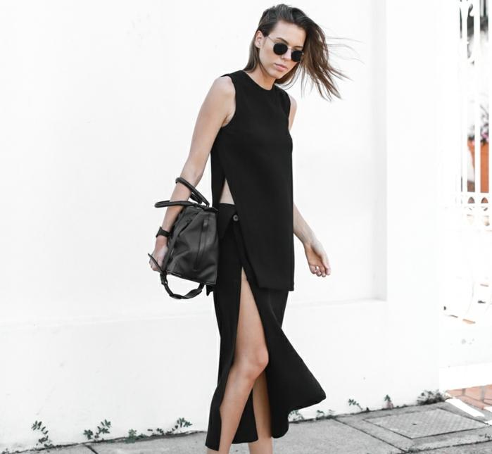 vetement noir, blouse longue sans manches, jupe noire, lunettes de soleil