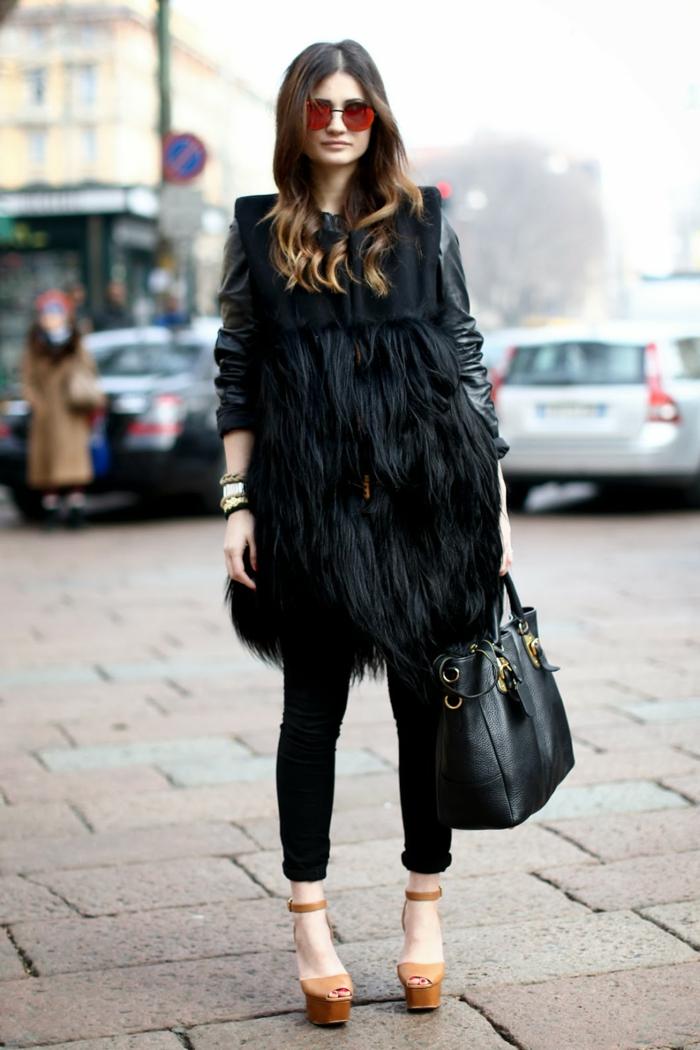 vetement noir, veste en fausse fourrure, sandales beige, lunettes de soleil rouge