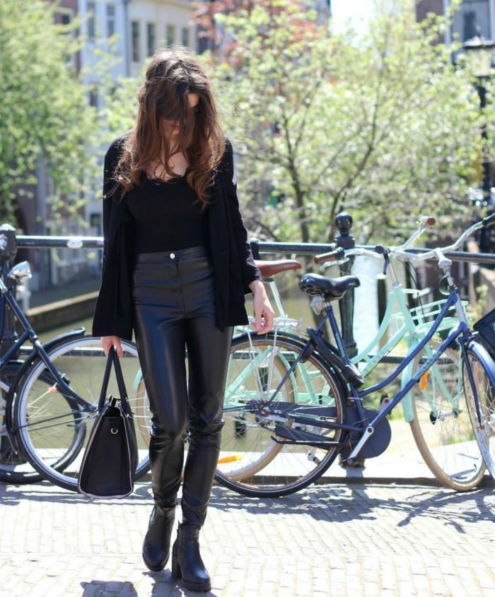 tenue avec bottines, débardeur noir, gilet noir, pantalon en cuir noir