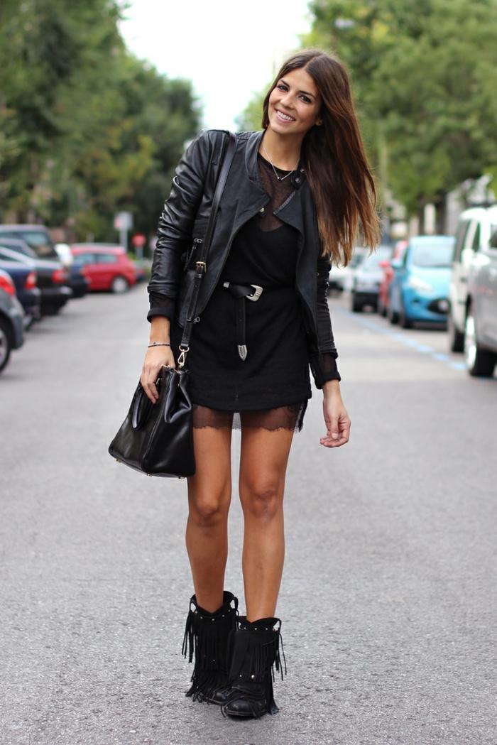 tenue avec bottines à franges, robe noire avec dentelle, veste en cuir