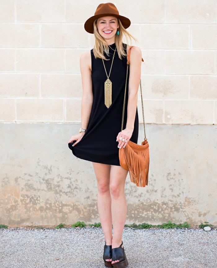 vetement noir, robe sans manches, chapeau marron, boucles d'oreille turquoise, sac à main avec franges