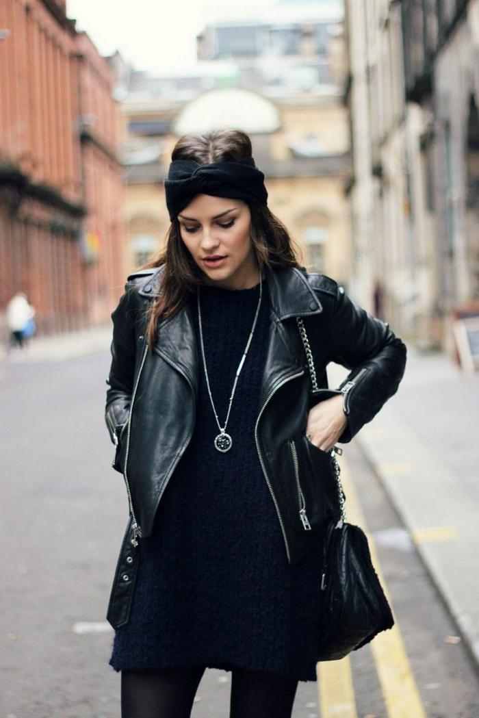 vetement noir, coiffure avec turban, robe bleu foncé, veste en cuir, collier en argent