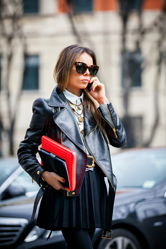 vetement noir, lunettes de soleil, collier en or, chemise avec col, manucure rouge