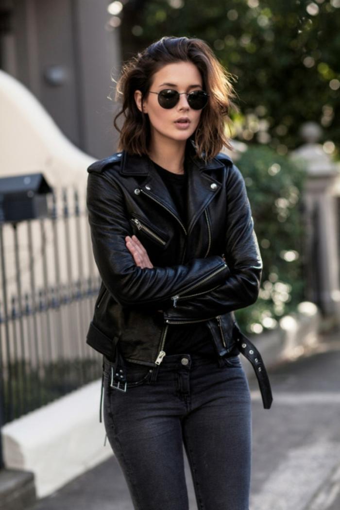 que mettre avec un pantalon noir, veste en cuir, lunettes de soleil noires, coupe carré
