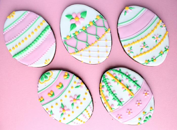 sablés de paques au chocolat, glacage, decoration motifs fleurs de printemps, idée art décoration sur biscuits
