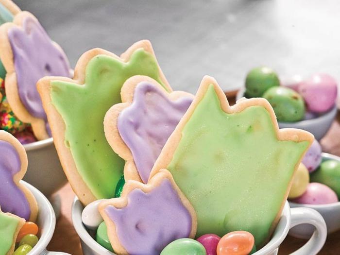 idée de dessert de paques, des sablés glacés couleurs diverses en forme de tulipes, recette de biscuits faciles à faire
