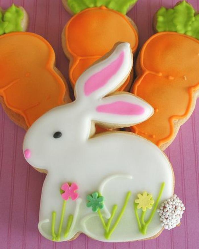 sablés de paques, exemple de biscuits de forme de lapin de paques, avec des carottes, idée de recette de paques