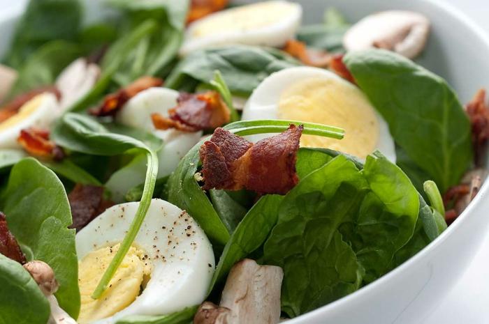 salade aux épinards, bacon, oeufs durs, idée comment faire un repas de paques, une salade pascale, recette