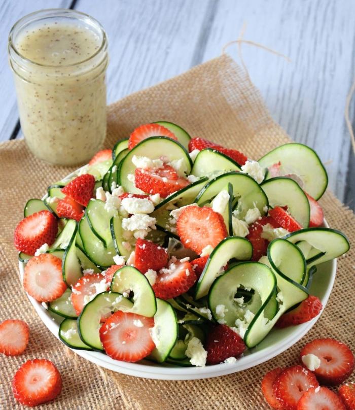 salade de printemps aux fraises, concombre, fromage feta avec de la vinaigrette de graines de pavot