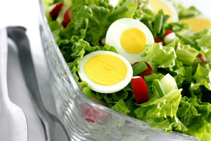salade laitue, radis, concombre, oignon vert, oeufs, idée de repas de paques, salade classique et simple
