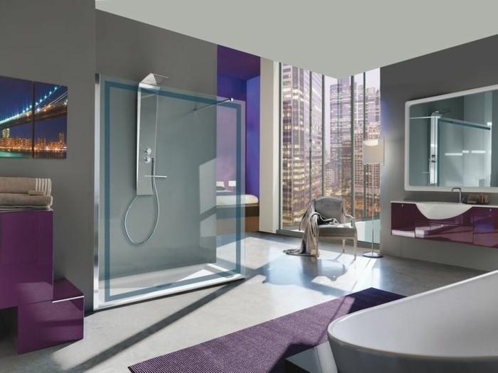 idée aménagement salle de bain, couleur gris et aubergine, colonne de douche, cabine de douche, baignoire blanche, grand miroir