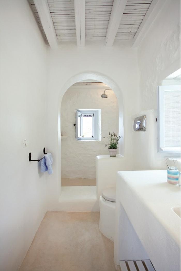 meuble en pierre grec, sol en marbre, volet blanc, arc, plafond en bois