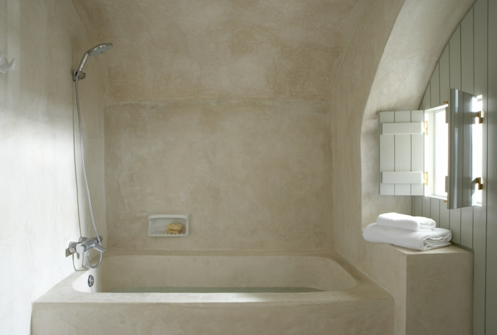 décoration grecque, volets blancs, salle de bain grecque, baignoire en marbre