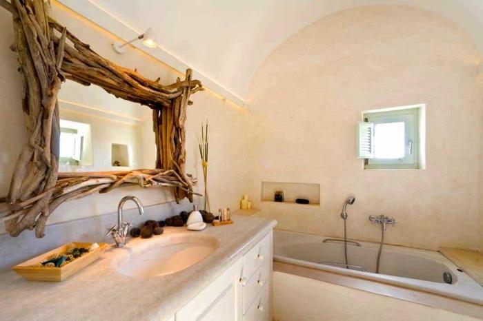 salle de bain grecque, baignoire en marbre, miroir avec cadre en branchette, lavabo en marbre, volets verts