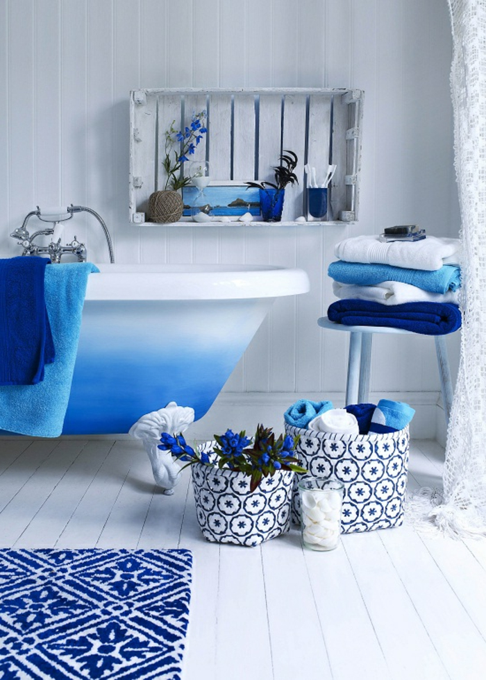 bleu grec, murs blancs, étagère en palette, baignoire bleu et blanc, salle de bain grecque