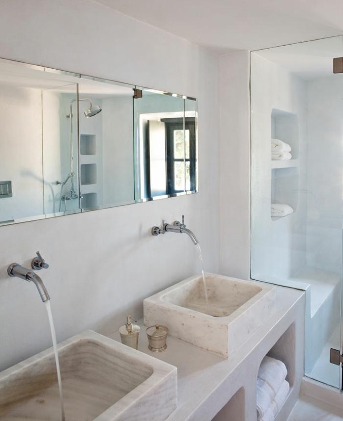 salle de bain grecque, lavabo en marbre, cabine de douche, murs blancs, grand miroir, serviettes blanches