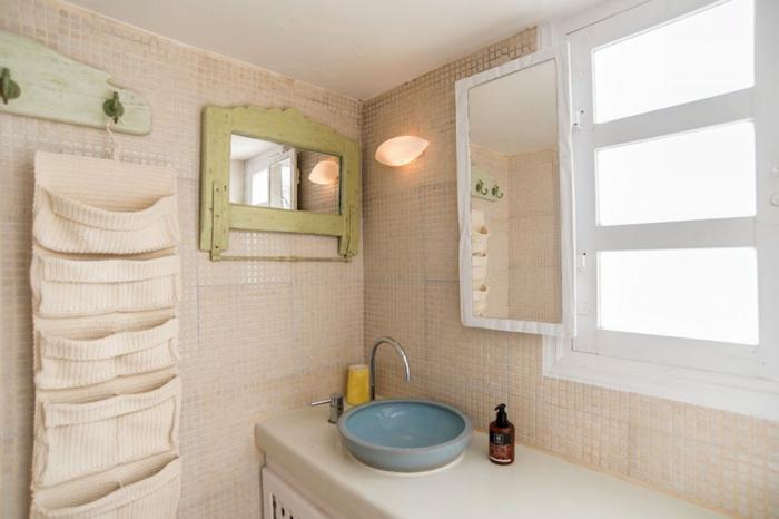salle de bain grecque, carrelage blanc, lavabo bleu, miroir avec cadre en bois kaki