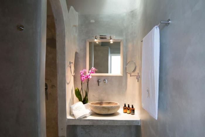 meuble en pierre grec, lavabo en marbre, arc, orchidée rose, salle de bain grecque