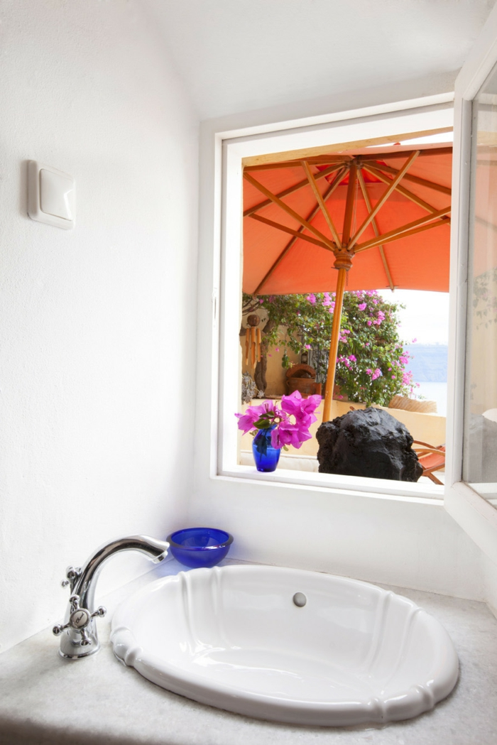 décoration grecque, lavabo en marbre, murs blancs, salle de bain grecque