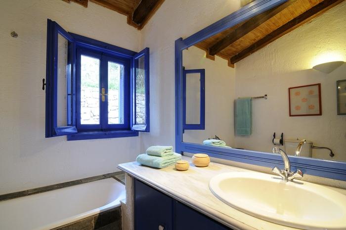 décoration grecque, volets en bleu foncé, plafond en bois, grand miroir, lavabo en marbre