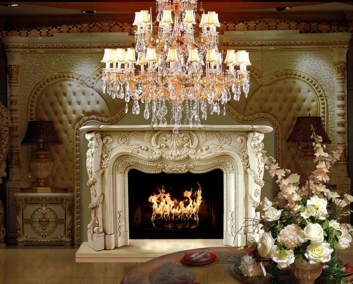 meubles de charme, lustre en cristaux, décoration baroque, cheminée avec déco en plâtre, lampe dorée