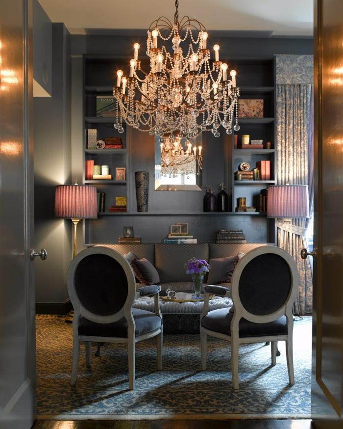 mobilier baroque, tapis à motifs floraux, murs gris, lustre en cristaux, deco baroque