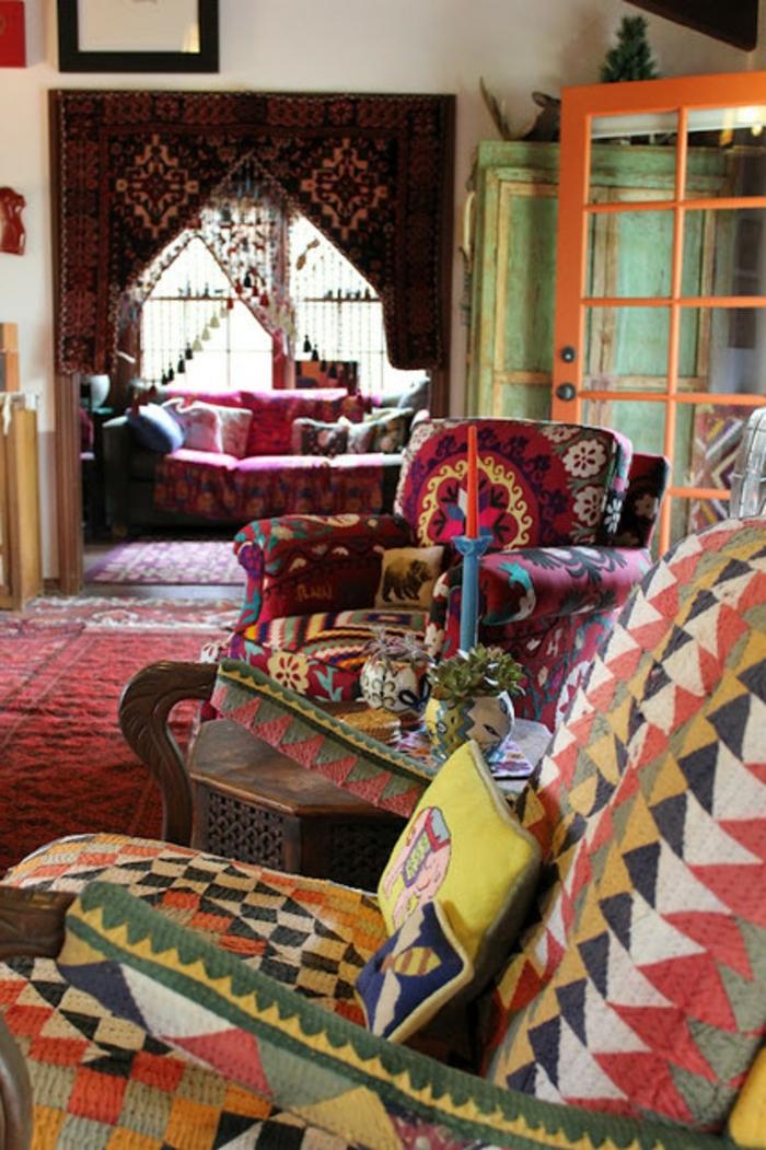 deco boheme, tapis rouge, fauteuil à motifs ethniques, coussins décoratifs, bougies