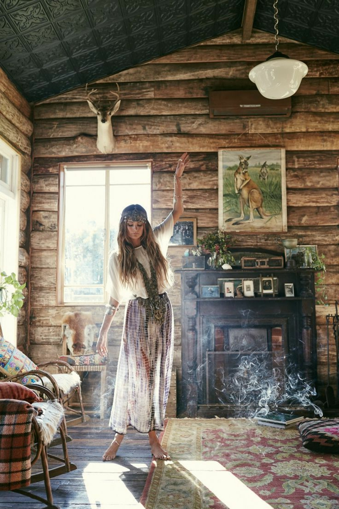 deco boheme, tapis ethnique, coussins décoratifs, murs en bois, chaise à bascule, photos