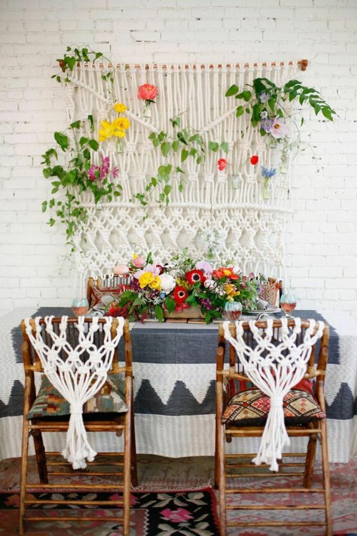 deco chambre boheme, tapis ethnique, chaise en bois, teinture murale macramé