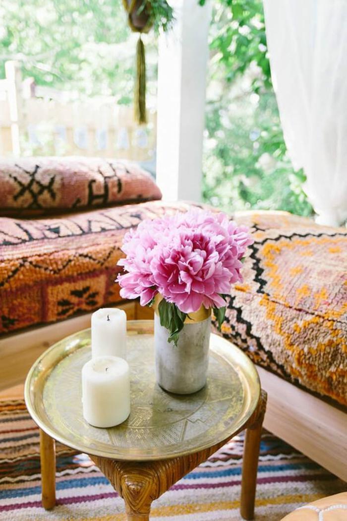decoration boheme , grande fenêtre, tapis multicolore, canapé ethnique